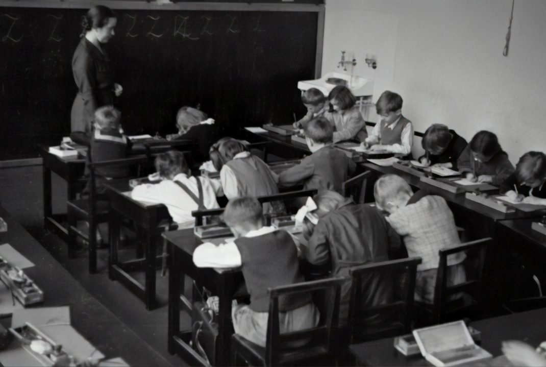 Glance into a classroom, 1935 @austriannationalgallery via Unsplash